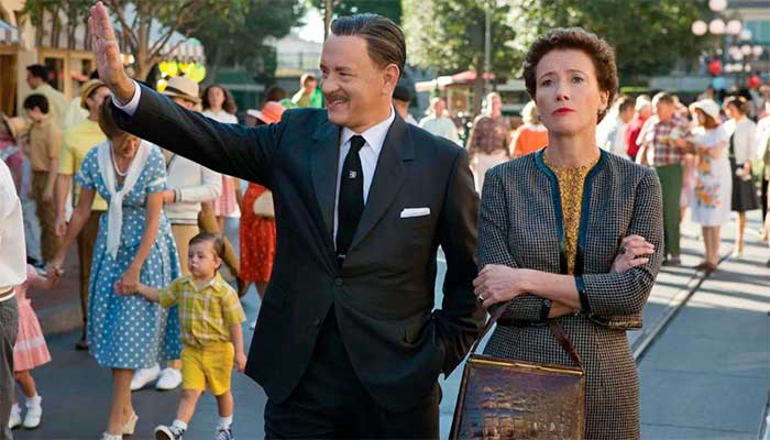 "Cena de ""Walt nos Bastidores de Mary Poppins"" (""Saving Mr. Banks"") em que Walt Disney (Tom Hanks) leva Pamela Travers (Emma Thompson) para conhecer a Disneyland"